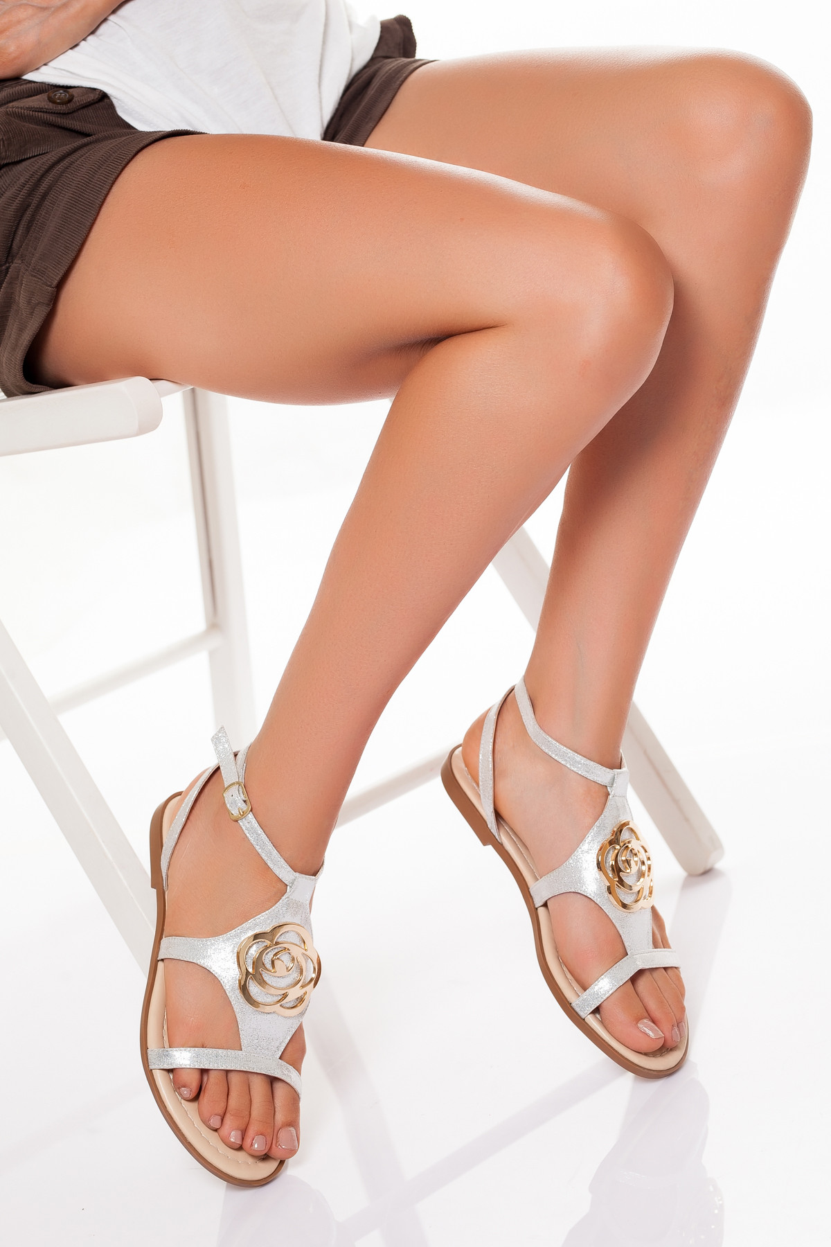 Gümüş Rengi Tokalı Sandalet