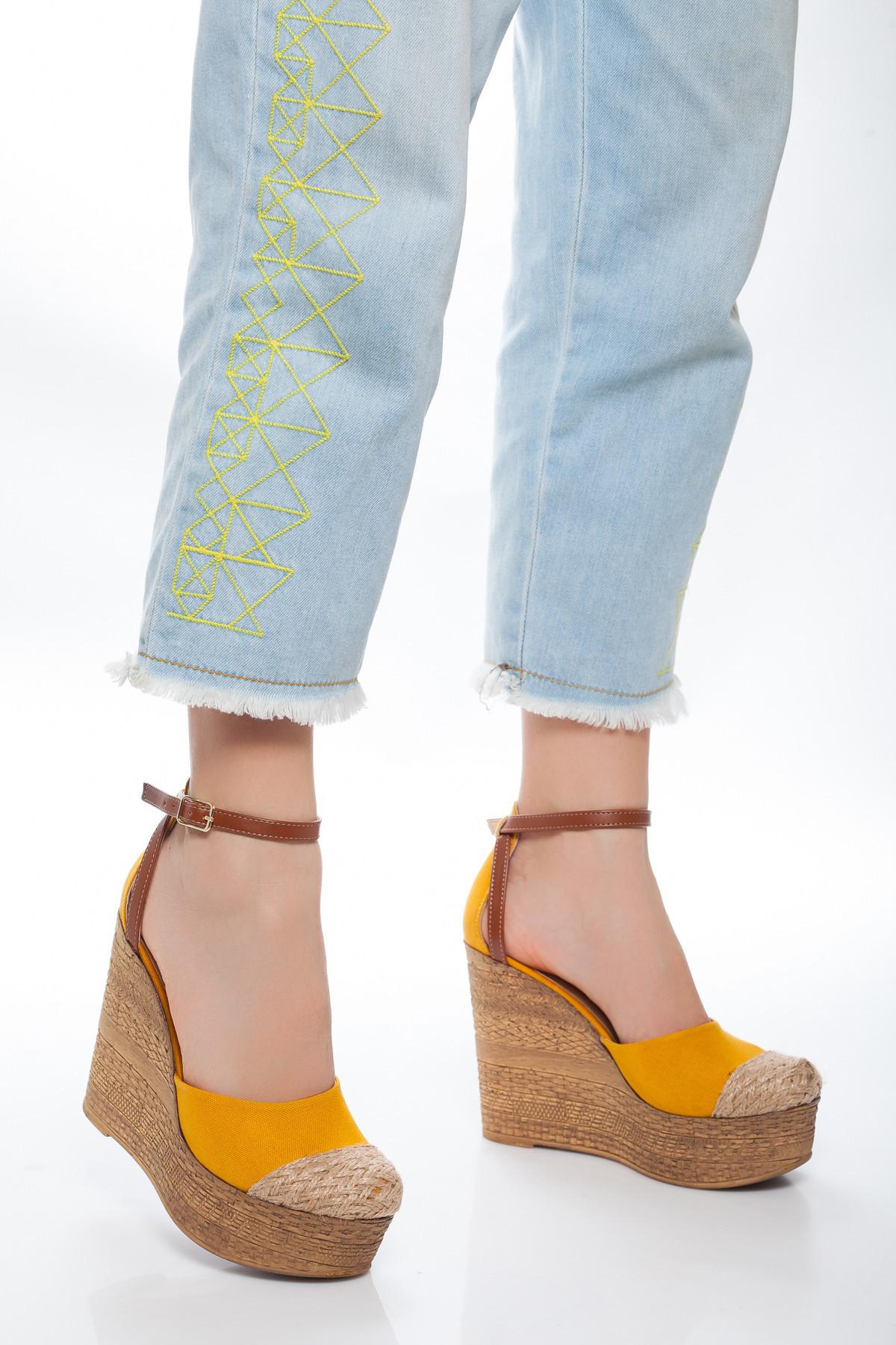 Hasır Detaylı Sarı Dolgu Topuklu Sandalet