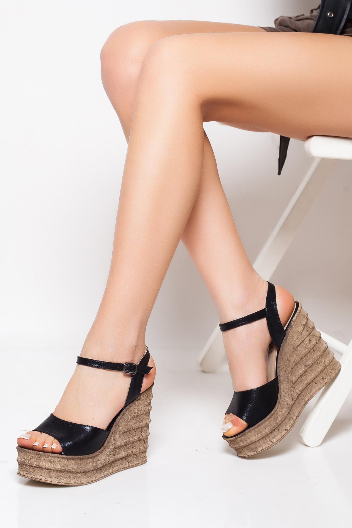 Siyah Dolgu Topuklu Sandalet