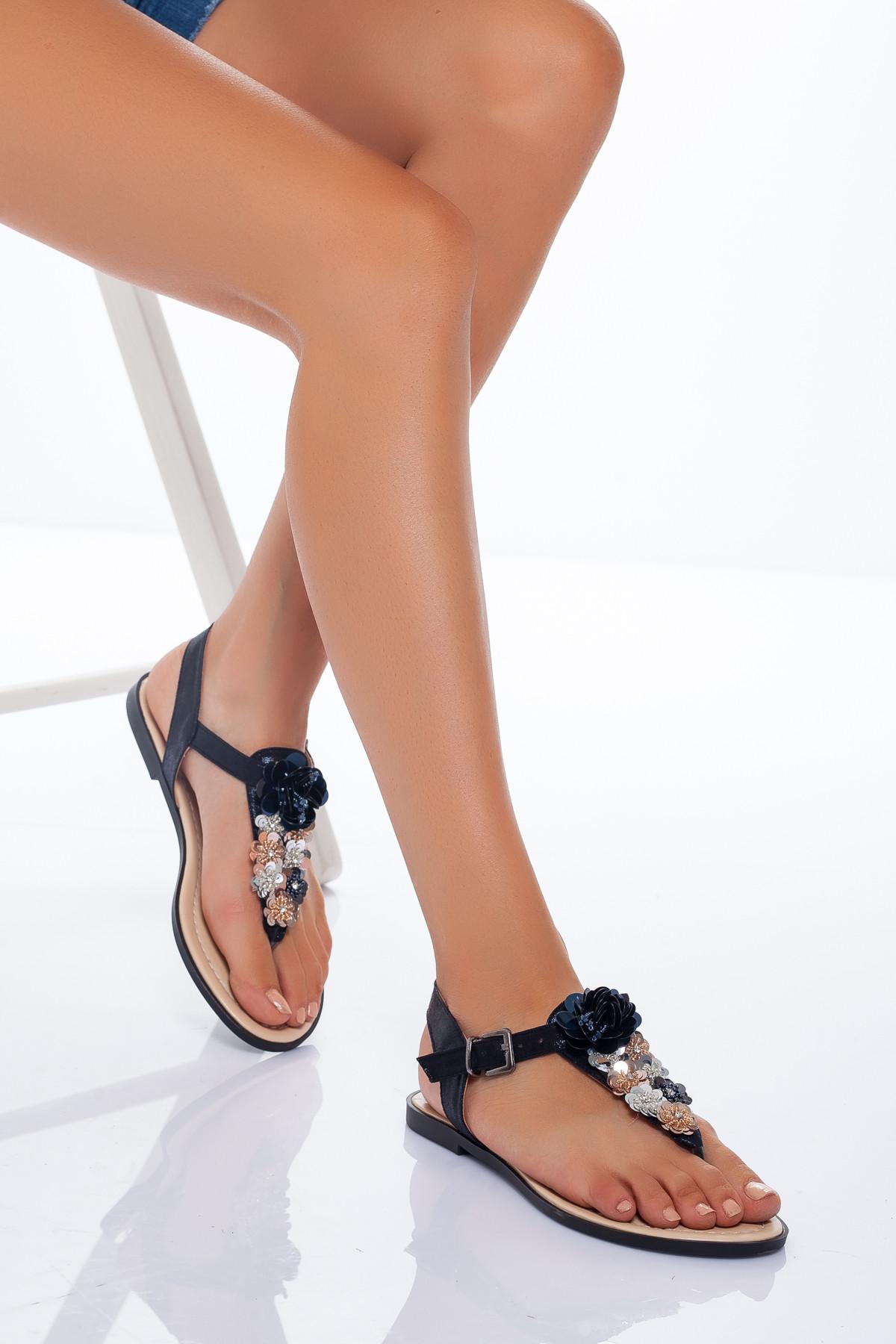 Siyah Parmak Arası Çiçekli Sandalet